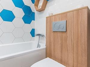 łazienka z wanną Niebieskie heksy - zdjęcie od Kolektyw D2