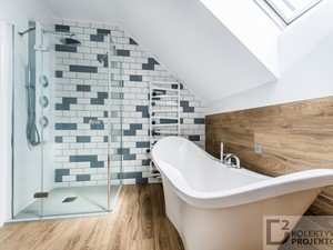 Dom jednorodzinny nad morzem-Wyspa Sobieszewska - Mała biała niebieska łazienka na poddaszu w domu jednorodzinnym z oknem - zdjęcie od Kolektyw D2