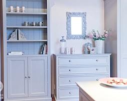 Romantyczny pokój nastolatki - Średni biały pokój dziecka dla chłopca dla dziewczynki dla niemowlaka dla malucha dla nastolatka, styl tradycyjny - zdjęcie od Chałupko Design