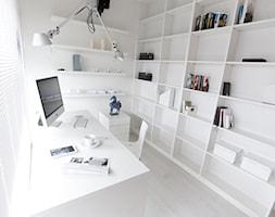 Apartament Biały - Małe białe biuro pracownia w pokoju, styl minimalistyczny - zdjęcie od Chałupko Design