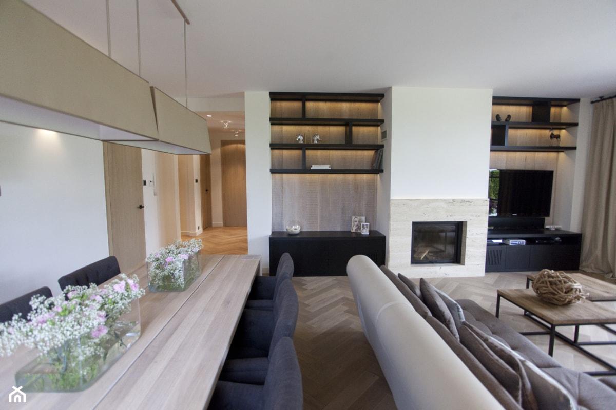 Dom pod Konstancinem w wakacyjnych klimatach - Duży biały beżowy salon z jadalnią, styl minimalistyczny - zdjęcie od Chałupko Design - Homebook