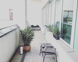 W zieleni - Duży taras z tyłu domu - zdjęcie od Chałupko Design