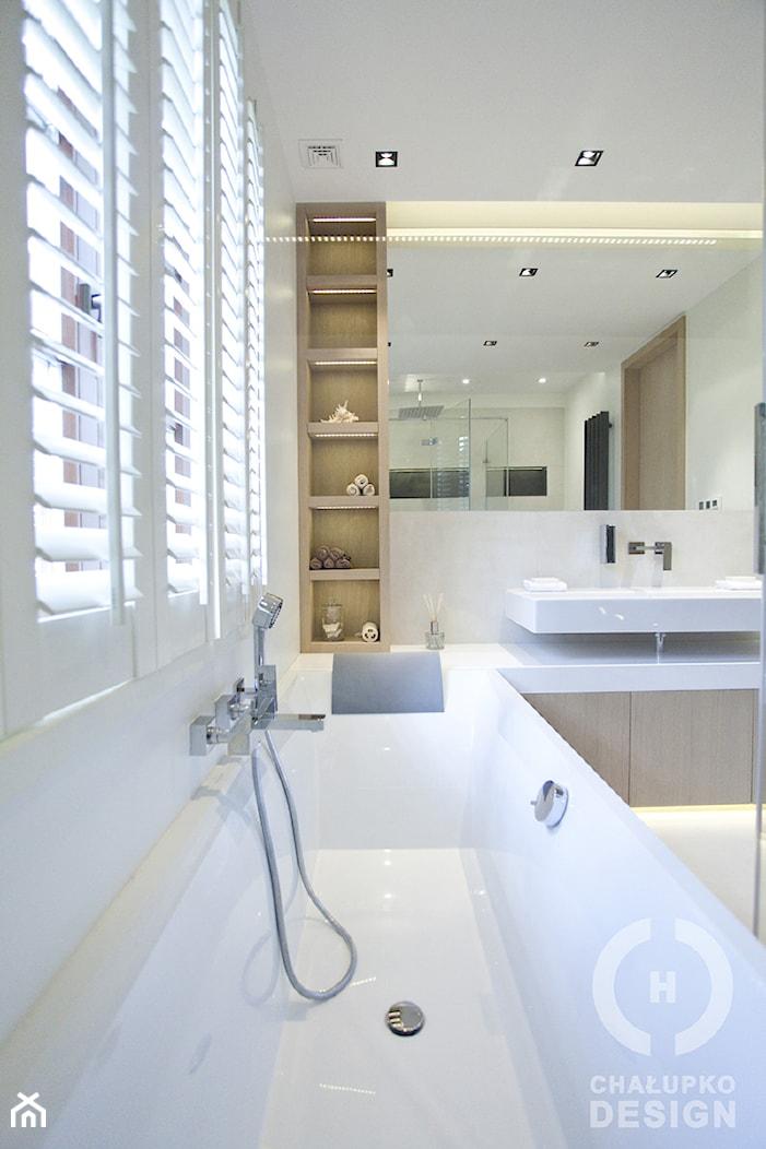 Dom pod Konstancinem w wakacyjnych klimatach - Średnia szara łazienka w bloku w domu jednorodzinnym z oknem, styl minimalistyczny - zdjęcie od Chałupko Design - Homebook