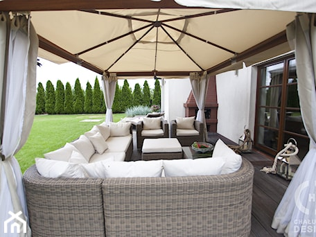 Aranżacje wnętrz - Ogród: Dom pod Konstancinem w wakacyjnych klimatach - Duży ogród za domem z parasolem, styl minimalistyczny - Chałupko Design. Przeglądaj, dodawaj i zapisuj najlepsze zdjęcia, pomysły i inspiracje designerskie. W bazie mamy już prawie milion fotografii!