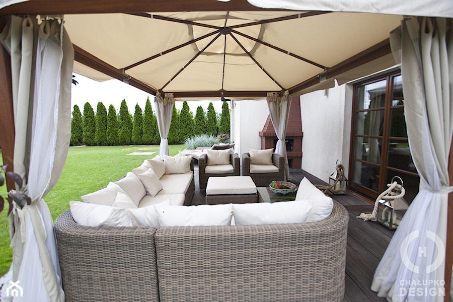 Dom pod Konstancinem w wakacyjnych klimatach - Duży ogród za domem z parasolem, styl minimalistyczny - zdjęcie od Chałupko Design