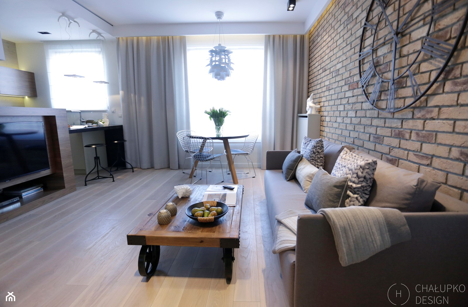 Konkurs - apartament post-industrialny - Średni beżowy salon z kuchnią z jadalnią, styl industrialny - zdjęcie od Chałupko Design - Homebook