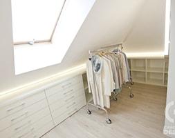 Dom pod Konstancinem w wakacyjnych klimatach - Średnia zamknięta garderoba z oknem na poddaszu, styl minimalistyczny - zdjęcie od Chałupko Design