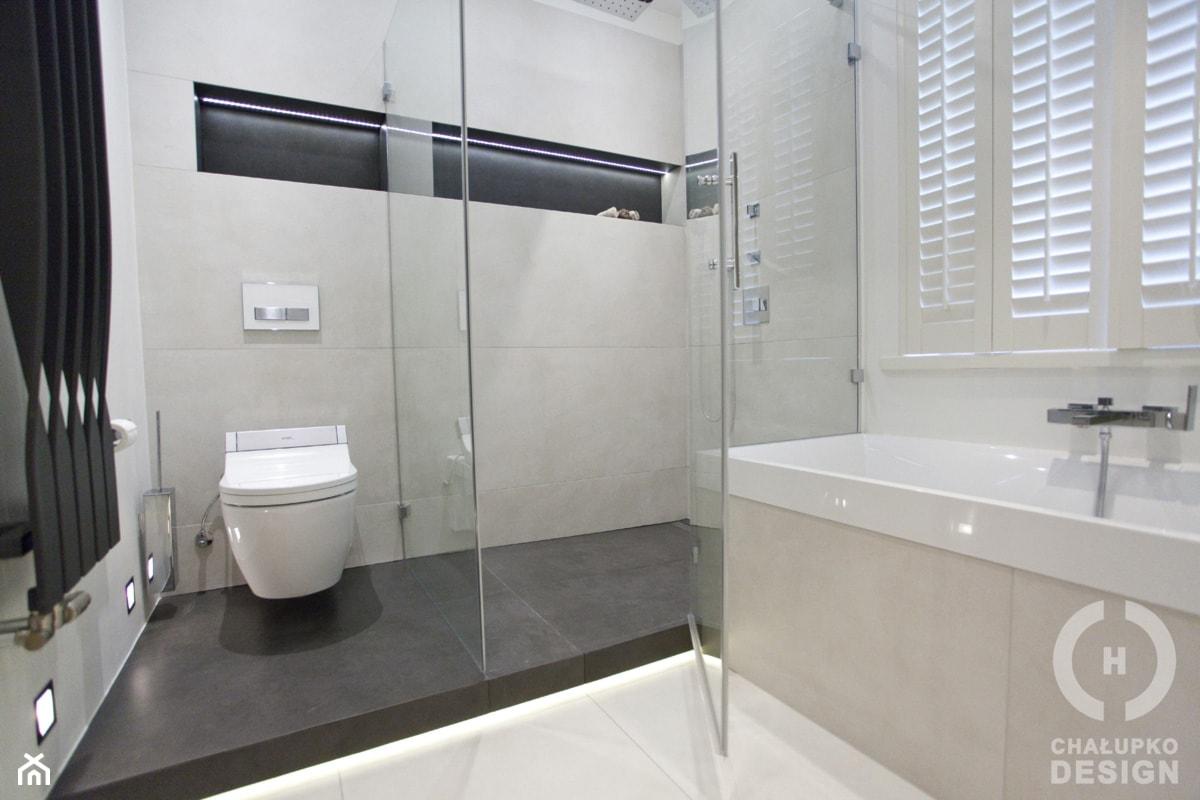 Dom pod Konstancinem w wakacyjnych klimatach - Średnia szara łazienka w domu jednorodzinnym z oknem, styl minimalistyczny - zdjęcie od Chałupko Design - Homebook