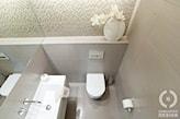 szare płytki ścienne, w łazience, mała łazienka, ażurowa ściana