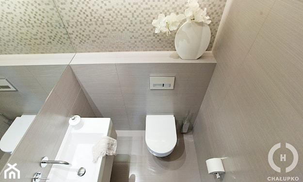 mała nowoczesna łazienka, szare płytki, biały wazon, lustro bez ramy