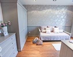 Średni szary pokój dziecka dla chłopca dla dziewczynki dla nastolatka, styl tradycyjny - zdjęcie od Chałupko Design