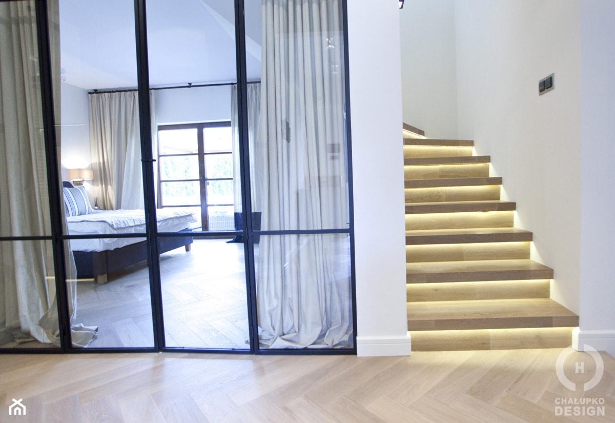 Dom pod Konstancinem w wakacyjnych klimatach - Hol / przedpokój, styl minimalistyczny - zdjęcie od Chałupko Design - Homebook