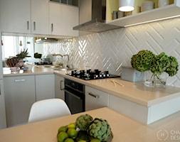 Mała przestrzeń - wielka zmiana - Mała otwarta beżowa kuchnia w kształcie litery l w aneksie, styl nowoczesny - zdjęcie od Chałupko Design