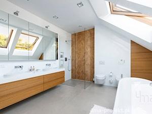 Dom w Zawadach - Średnia biała łazienka na poddaszu w domu jednorodzinnym z oknem, styl nowoczesny - zdjęcie od 4ma projekt