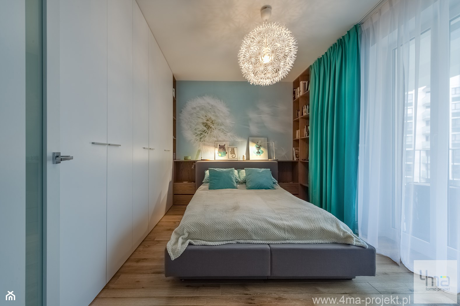 """Mieszkanie 64 m2 z """"loftowym"""" akcentem. - Mała niebieska sypialnia małżeńska z balkonem / tarasem, styl nowoczesny - zdjęcie od 4ma projekt - Homebook"""