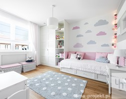 Dom 148 m2. - Duży biały szary pokój dziecka dla dziewczynki dla malucha, styl nowoczesny - zdjęcie od 4ma projekt