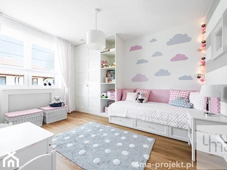 Aranżacje wnętrz - Pokój dziecka: Dom 148 m2. - Duży biały szary pokój dziecka dla dziewczynki dla malucha, styl nowoczesny - 4ma projekt. Przeglądaj, dodawaj i zapisuj najlepsze zdjęcia, pomysły i inspiracje designerskie. W bazie mamy już prawie milion fotografii!