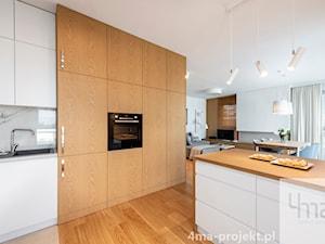 Mieszkanie 68m2 na Ochocie - Średnia otwarta biała szara kuchnia jednorzędowa w aneksie z wyspą z oknem, styl nowoczesny - zdjęcie od 4ma projekt