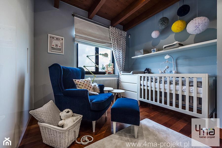 Aranżacje wnętrz - Pokój dziecka: Pokoje dziecięce dla trójki rodzeństwa 55 m 2 - Mały szary niebieski pokój dziecka dla chłopca dla dziewczynki dla niemowlaka, styl nowoczesny - 4ma projekt. Przeglądaj, dodawaj i zapisuj najlepsze zdjęcia, pomysły i inspiracje designerskie. W bazie mamy już prawie milion fotografii!