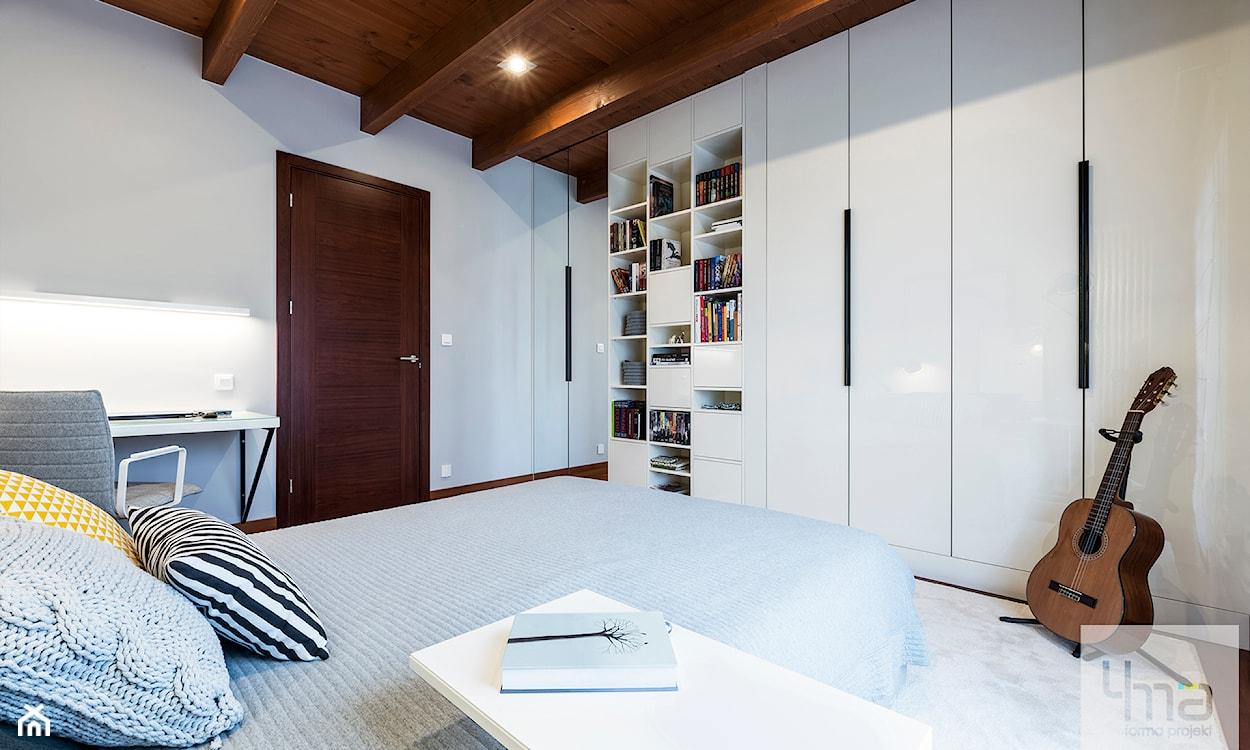 Biała sypialnia z drewnianymi akcentami