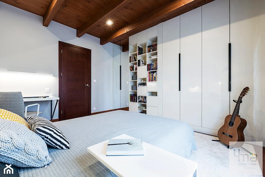 Pokoje dziecięce dla trójki rodzeństwa 55 m 2 - Duża biała sypialnia małżeńska, styl nowoczesny - zdjęcie od 4ma projekt