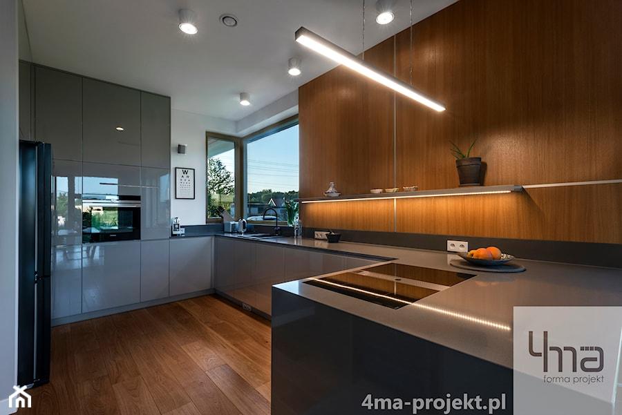Dom w Zawadach - Średnia zamknięta biała kuchnia w kształcie litery u w aneksie z oknem, styl nowoczesny - zdjęcie od 4ma projekt