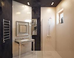 Mała beżowa czarna łazienka z oknem, styl art deco - zdjęcie od Gerasim Trubchik