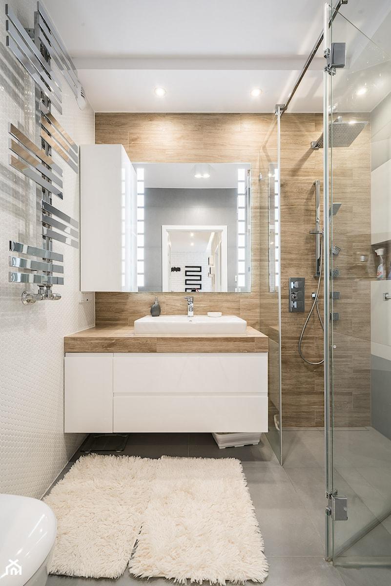 Krakowskie tarasy Wrocław - Mała biała beżowa łazienka bez okna, styl nowoczesny - zdjęcie od Carolineart