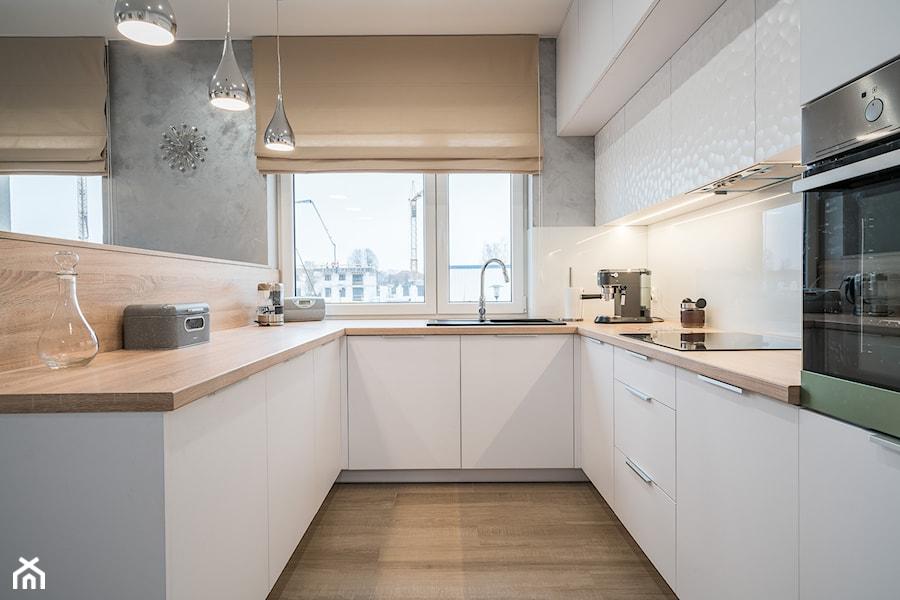 Kościańska salon z kuchnią - Średnia otwarta biała szara kuchnia w kształcie litery u w aneksie z wyspą z oknem, styl nowoczesny - zdjęcie od Carolineart
