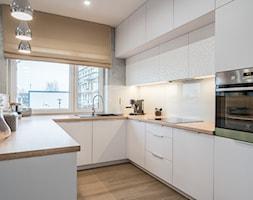 Kościańska salon z kuchnią - Średnia otwarta biała szara kuchnia w kształcie litery u z oknem, styl nowoczesny - zdjęcie od Carolineart - Homebook