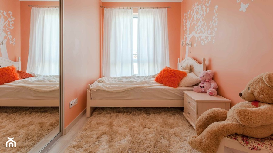 Pomarańczowy pokój dziecięcy - Mały pomarańczowy pokój dziecka dla dziewczynki dla malucha, styl nowoczesny - zdjęcie od Carolineart