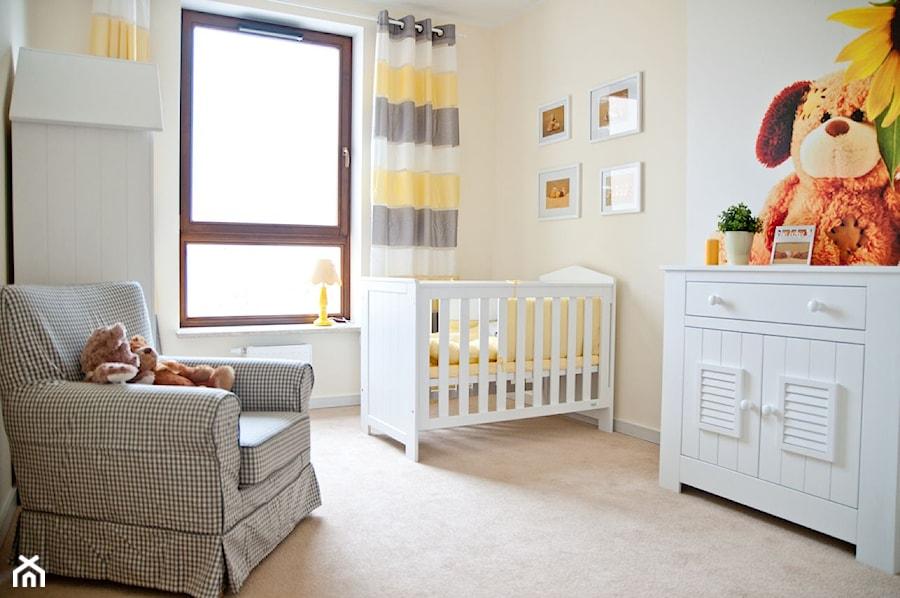 Pokój dziecinny - Średni biały żółty pokój dziecka dla chłopca dla dziewczynki dla niemowlaka, styl nowoczesny - zdjęcie od GALERIE VENIS DESIGN STUDIO