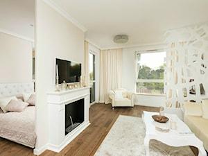 Niewielkie mieszkanie w stylu glamour - Mały biały salon, styl glamour - zdjęcie od GALERIE VENIS DESIGN STUDIO