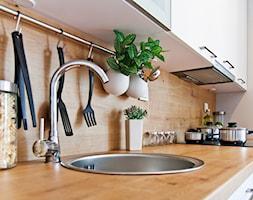 Nowoczesne mieszkanie z barwnymi akcentami - Mała zamknięta szara kuchnia jednorzędowa, styl nowoczesny - zdjęcie od GALERIE VENIS DESIGN STUDIO - Homebook