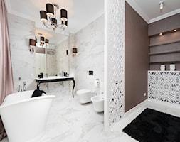 Eklektyczne wnętrze z łazienką w stylu glamour - Średnia biała brązowa łazienka na poddaszu w bloku w domu jednorodzinnym z oknem, styl glamour - zdjęcie od GALERIE VENIS DESIGN STUDIO