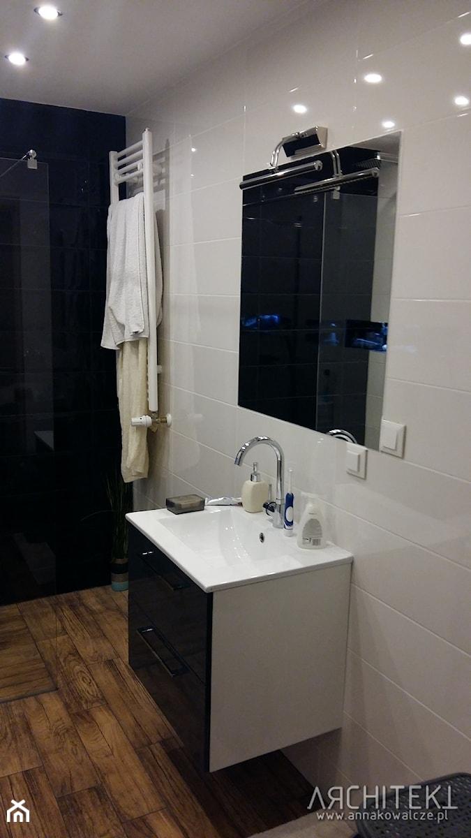 Mieszkanie w Katowicach - Mała biała czarna łazienka na poddaszu w bloku w domu jednorodzinnym bez okna, styl nowoczesny - zdjęcie od Architekt Anna Maj