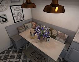 Kuchnia Rustykalna - Mała otwarta biała jadalnia w kuchni, styl rustykalny - zdjęcie od CKkwadrat
