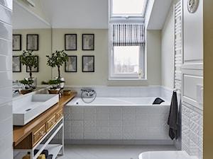 Dom - Średnia biała żółta łazienka z oknem, styl klasyczny - zdjęcie od CKkwadrat