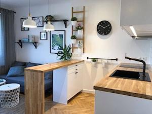 Kawalerka pod wynajem - Mała otwarta biała kuchnia dwurzędowa w aneksie, styl skandynawski - zdjęcie od CKkwadrat