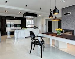 Żyć w pięćdziesięciu odcieniach szarości czyli kolorystyczny minimalizm - Duża otwarta biała szara jadalnia w salonie, styl nowoczesny - zdjęcie od Interio Design