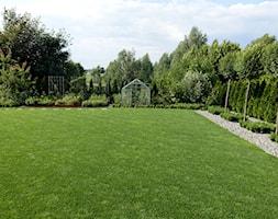 na Słonecznej - Duży ogród za domem z ogródkiem warzywnym z altaną, styl nowoczesny - zdjęcie od kamila_lbn - Homebook