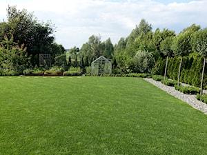 na Słonecznej - Duży ogród za domem z ogródkiem warzywnym z altaną, styl nowoczesny - zdjęcie od kamila_lbn