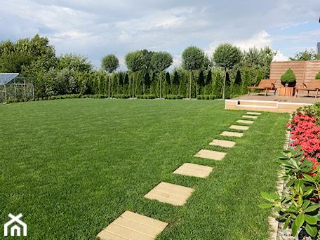 Aranżacje wnętrz - Ogród: na Słonecznej - Duży ogród za domem z ogródkiem warzywnym z altaną, styl nowoczesny - kamila_lbn. Przeglądaj, dodawaj i zapisuj najlepsze zdjęcia, pomysły i inspiracje designerskie. W bazie mamy już prawie milion fotografii!