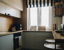 Mieszkanie - Gdańsk - Mała zamknięta biała beżowa kuchnia w kształcie litery u z oknem - zdjęcie od BEZ CUKRU studio projektowe