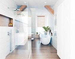 Dom nowoczesny - Duża biała łazienka na poddaszu w bloku w domu jednorodzinnym jako salon kąpielowy z oknem, styl nowoczesny - zdjęcie od BEZ CUKRU studio projektowe