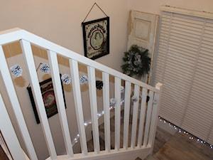 Szare drewniane schody i białe ściany ze sztukaterią. - zdjęcie od Fajne Wnętrze