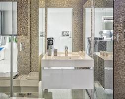 Mirror Apartment - Mała szara łazienka w bloku w domu jednorodzinnym bez okna - zdjęcie od Lasak Projektowanie