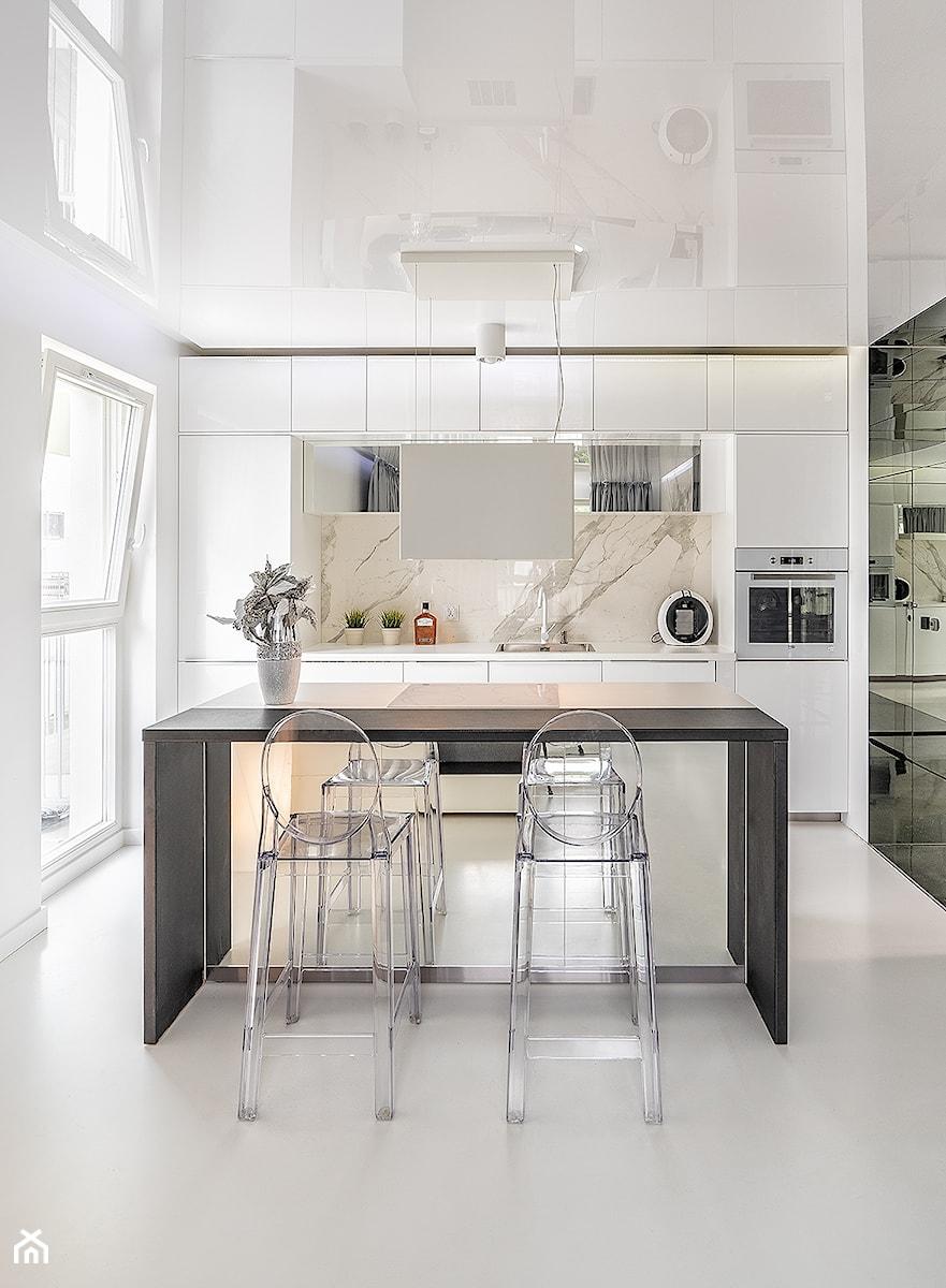 Mirror Apartment - Średnia otwarta biała kuchnia jednorzędowa z oknem - zdjęcie od Lasak Projektowanie