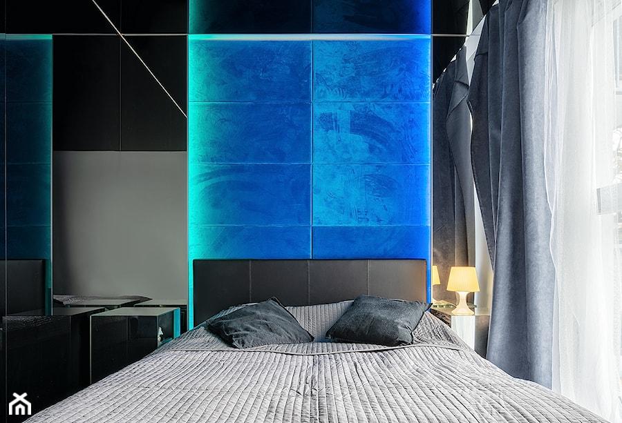 Mirror Apartment - Mała szara czarna sypialnia małżeńska - zdjęcie od Lasak Projektowanie