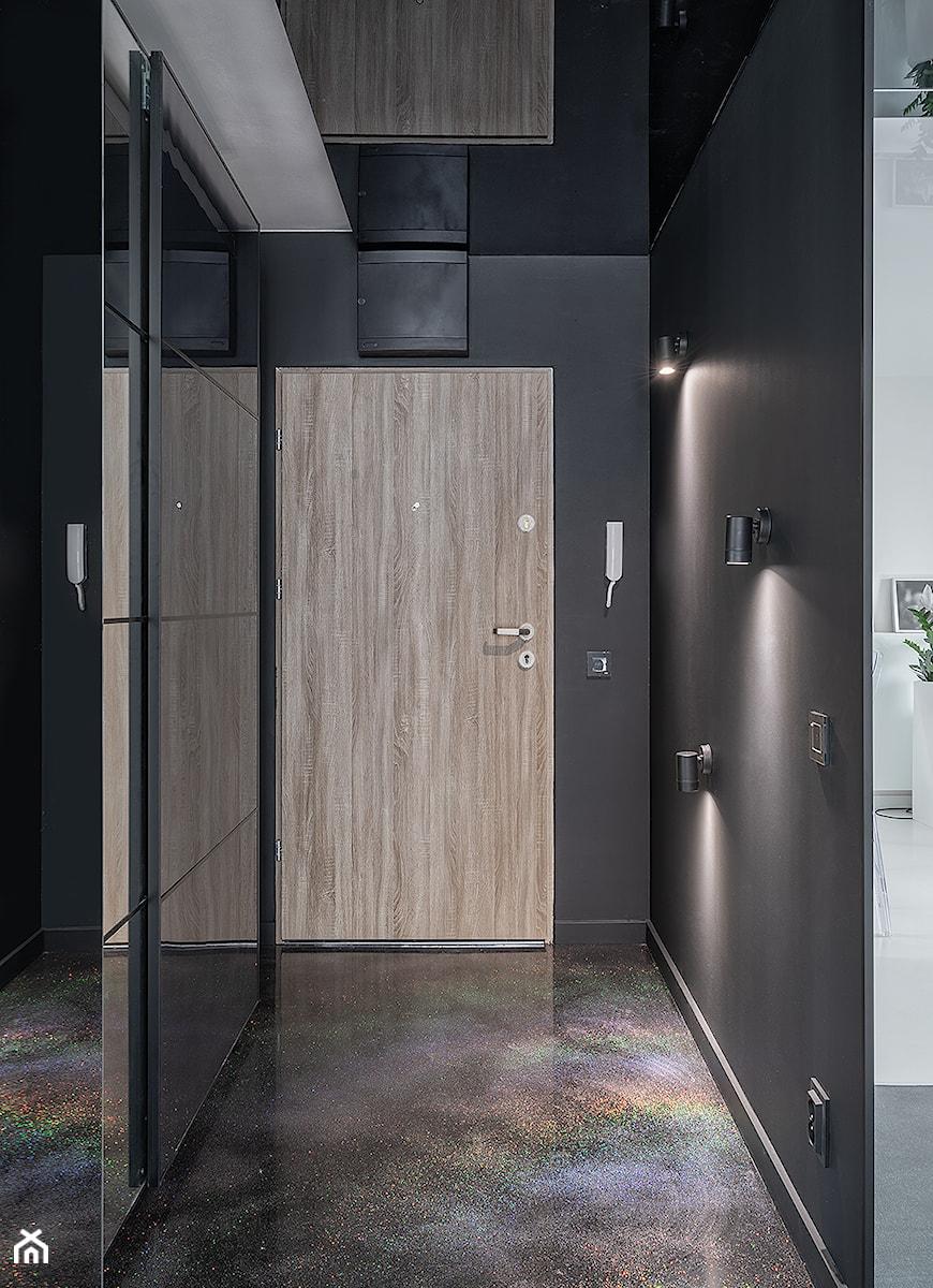 Mirror Apartment - Średni czarny hol / przedpokój - zdjęcie od Lasak Projektowanie